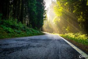 Straße zum Höllensteinsee mit Sonnenstrahlen | Nikon D5300